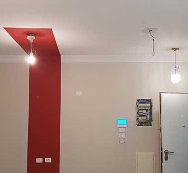 צביעה דירה דקורטיבית והדבקת קרניזים בדירה בפלורנטין